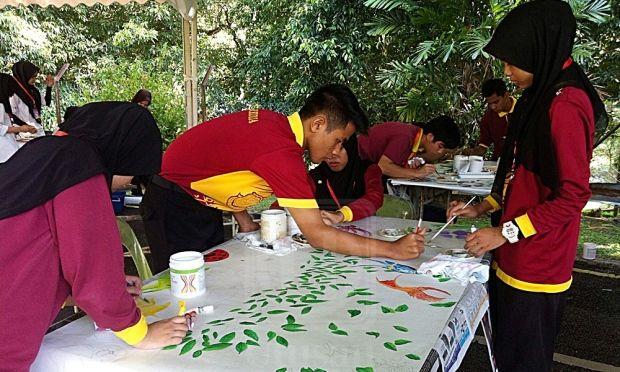 sebahagian daripada peserta remaja melukis corak batik dalam pertandingan