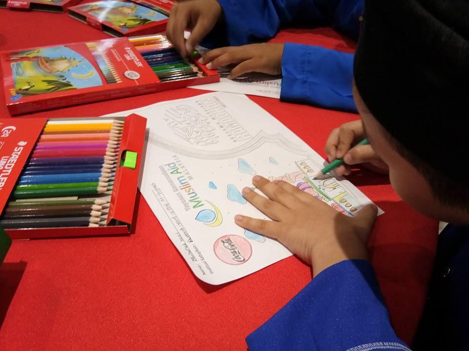 sementara menunggu waktu berbuka puasa golongan kanak kanak akan dihiburkan dengan kegiatan seni dan kerjatangan seperti mewarna dan menganyam ketupat