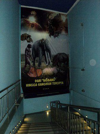 Poster Penelitian Penting Tangga Dari Lantai 1 Ke Lantai 2 Museum Sangiran Picture Of