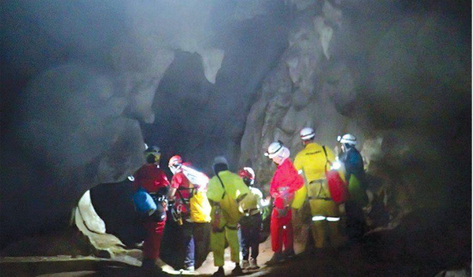 kumpulan pendaki melihat sesuatu yang menarik perhatian mereka ketika meneroka gua tagang