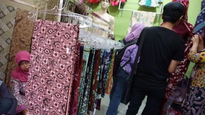 untuk meningkatkan pendapatan para pembatik pemerintah trenggalek memberikan pelatihan cara mewarna batik